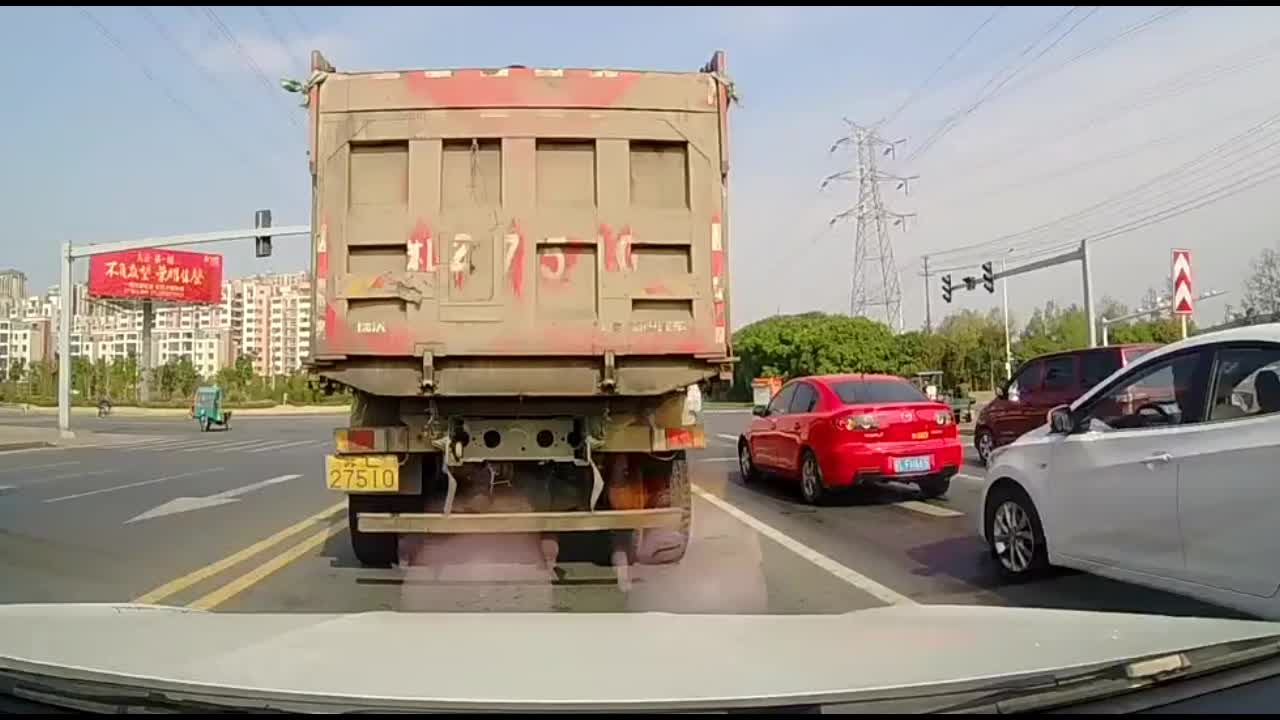 货车司机驾照绝对是买的,后面的女司机吓的不轻!