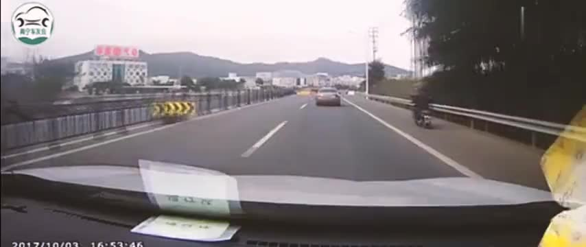 女司机高速调头逆行,还要其他车让她,接着报应来了